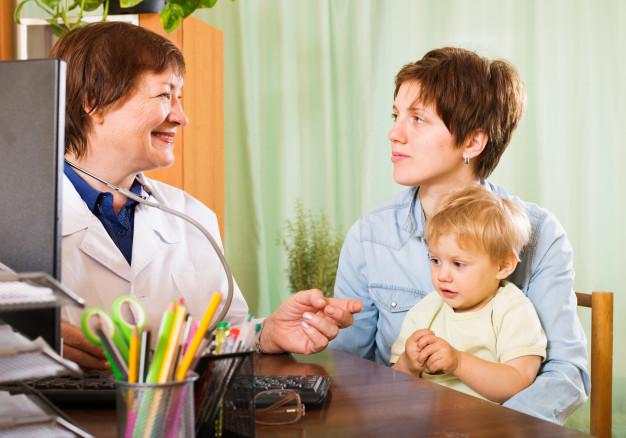 mae-com-bebe-ouvindo-medico-pediatra_1398-4332