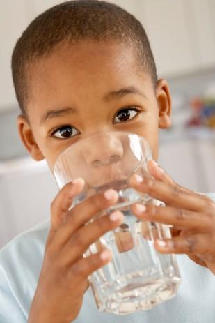 crianc3a7a-bebendo-agua.jpg